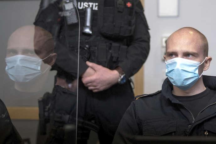 Stephan Balliet dans la salle d'audience du tribunal régional pour l'ouverture de son procès, à Magdebourg, en Allemagne, le 21 juillet.