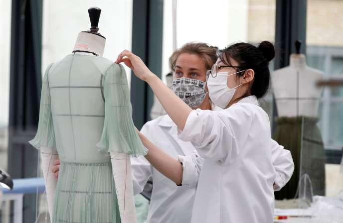 Le port du masque sera « systématisé » dans les entreprises à la rentrée 370dab7_HFSGGGCHP09_HEALTH-CORONAVIRUS-DIOR-LECCE-DESIGNER_0722_11