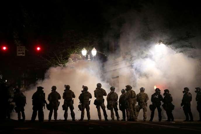 Des policiers fédéraux dans les rues de Portland (Oregon), le 21juillet.