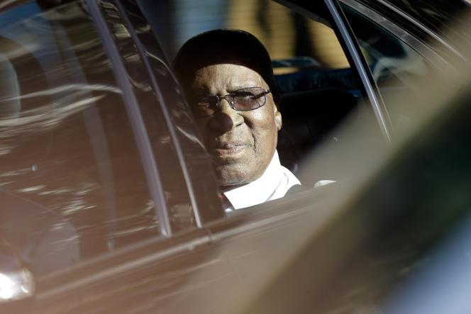 Le 1er juillet 2013, Andrew Mlangeni, figure de la lutte anti-apartheid en Afrique du Sud, rend visite à Nelson Mandela, son compagnon de cellule pendant de longues années, à l'hôpital de Pretoria.