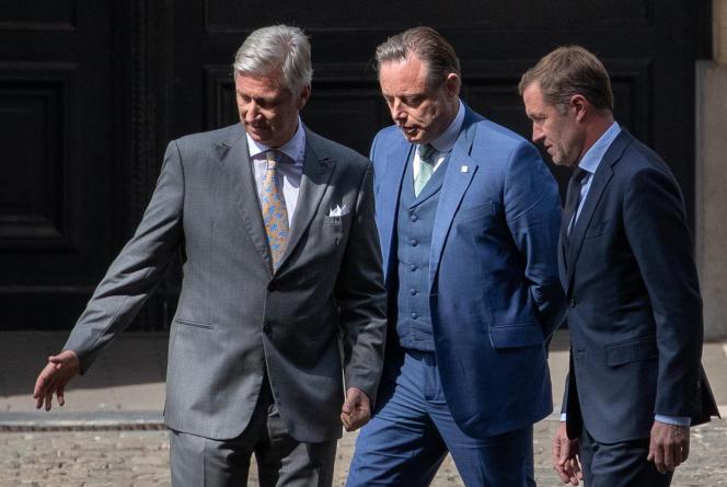 Le roi Philippe de Belgique, le chef de la N-VA, Bart De Wever, et le président du Parti socialiste, Paul Magnette (de gauche à droite), au palais royal à Bruxelles, le 20 juillet 2020.