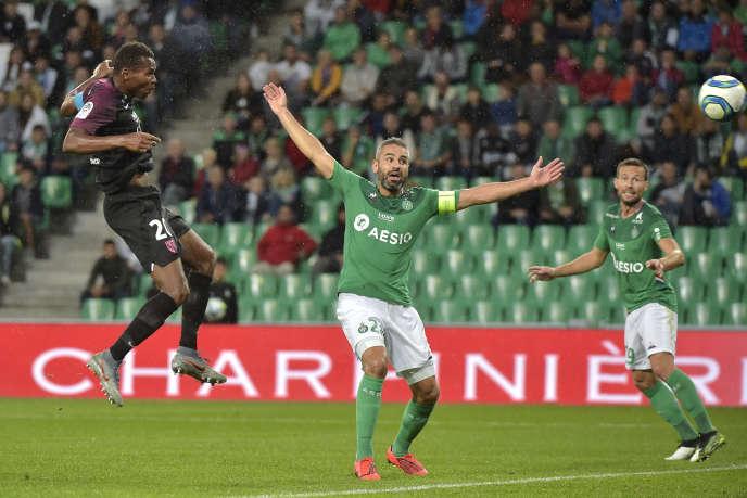 Loïc Perrin (bras levés) lors d'un match de Ligue1 contre Metz, à Saint-Etienne,le 25septembre2019.
