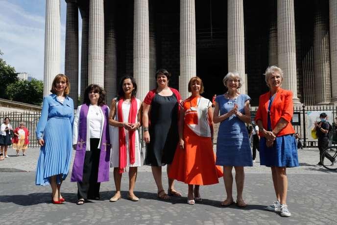 Les membres du collectif «Toutes apôtres !», devant l'église deLa Madeleine, à Paris, le 22 juillet.