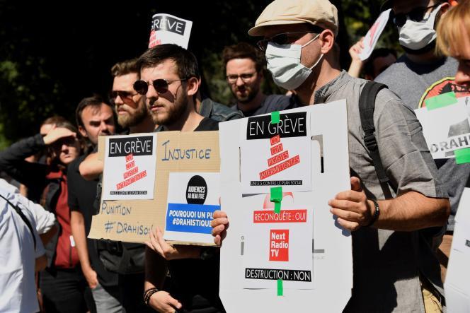 Des salariés de BFM-TV, RMC et RMC Decouverte manifestent contre les suppressions d'emplois prévues par Altice France, devant le siège d'Altice, à Paris, le 24 juin.
