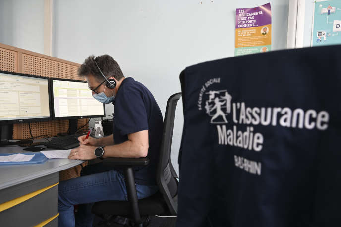 Un conseiller de la Caisse primaire d'assurance-maladie prend contact avec des malades du Covid-19, le 25 mai à Strasbourg.