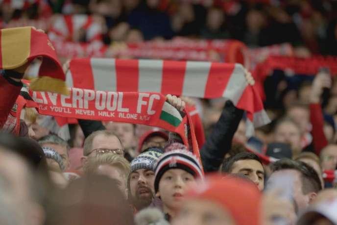 Des supporters Reds du Liverpool FC dans le mythique stade d'Anfield.