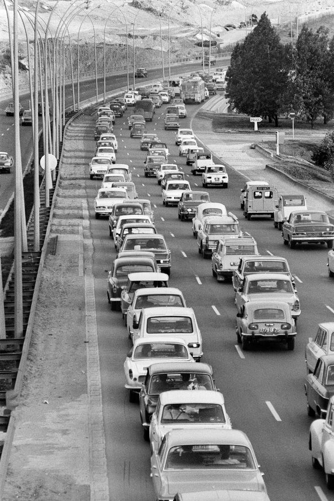 A la sortie de Paris, des files de voitures se dirigent vers le sud de la France pour les vacances du mois d'août, le 27juillet 1968.