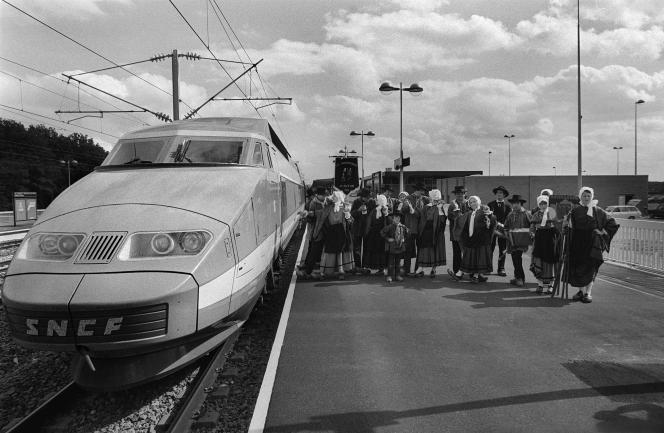 Le premier TGV circulant avec des passagers sur la nouvelle ligne Paris Sud, entre Lyon et Montchanin-Le Creusot, le 16juillet 1981.