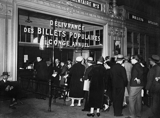 Des Français font la queue dans une gare pour obtenir des billets de «congé annuel», après la signature des accords de Matignon, le 7juin 1936.