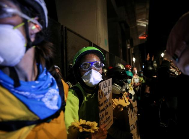 Typiquement, une soirée à Portland débute par des rassemblements et des marches dans des artères dont les commerces protègent leurs devantures par des planches, et se termine par des heurts, des manifestants matraqués ou cibles de gaz lacrymogène.