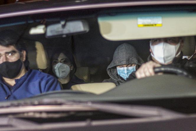 Les enquêteurs de police sont venus chercher Nicolas Zepeda (à l'arrière de la voiture, à droite) à son domicile, à Viña del Mar, au Chili, le 22juillet2020, la veille de son extradition vers la France.