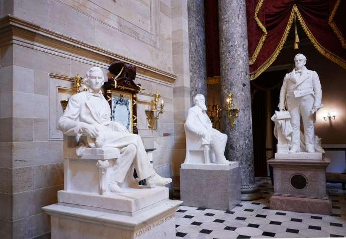 Une statue d'Alexander Hamilton Stephens (à gauche), vice-président des Etats confédérés, par l'artiste Gutzon Borglum, est visible dans le Statuary Hall du Capitole américainn à Washington,le 11 juin.