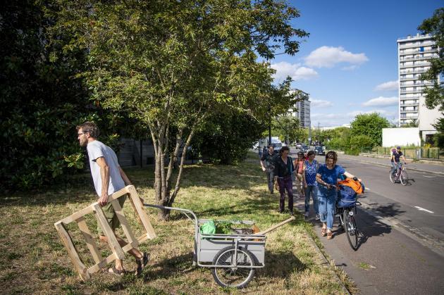 Le collectif «Les jardinières masquées» crée un nouveau lieu de plantation, dans le quartier du Sanitas, à Tours, le 17 juillet.