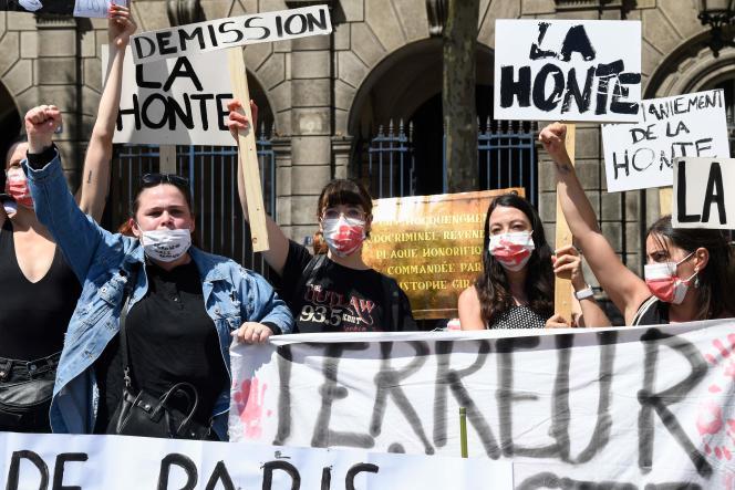 Des femmes manifestent devant l'Hôtel de ville de Paris, le 23juillet.