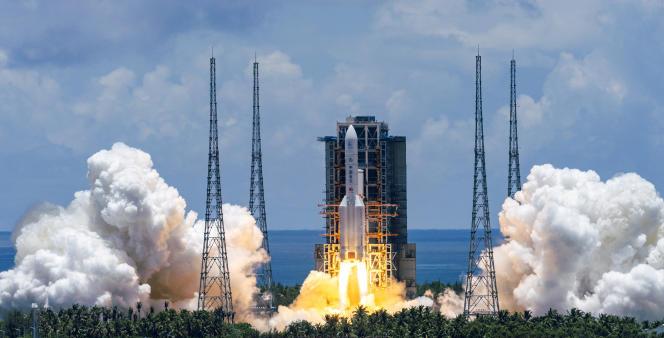 Une fusée Longue-Marche 5transportant la sonde martienne Tianwen-1 décolle du centre de lancement spatial de Wenchang, province de Hainan, dans le sud de la Chine, le 23 juillet 2020.Photo publiée par l'agence de presse chinoise Xinhua.