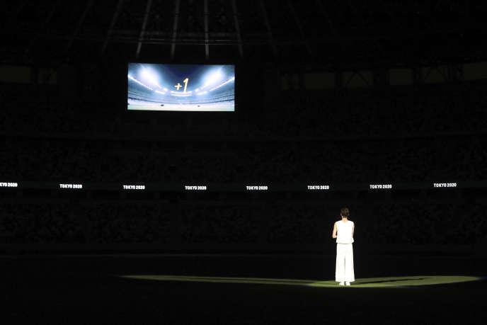 « Je veux voir la flamme de l'espoir brûler dans ce stade l'année prochaine», a déclaré, jeudi 23 juillet, Rikako Ikee, jeune nageuse nippone en phase de guérison d'une leucémie, tout de blanc vêtue et la flamme olympique dans les mains.