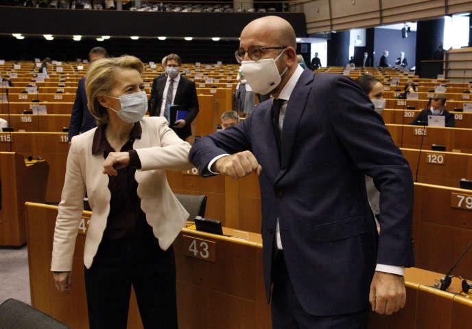 La présidente de la Commission européenne, Ursula von der Leyen, et le président du Conseil européen, Charles Michel,au Parlement européen, à Bruxelles, le 23 juillet.