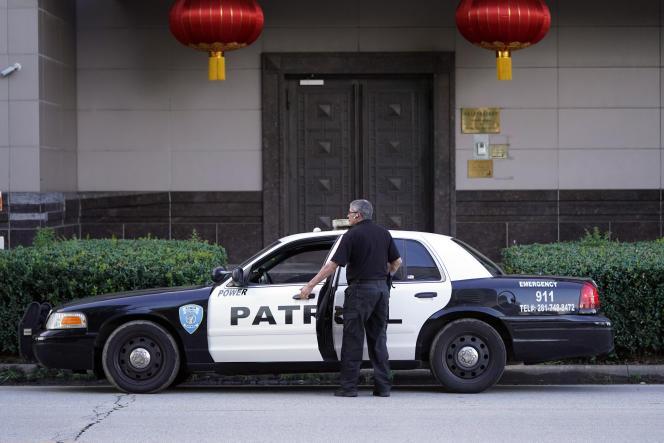 Un agent de sécurité devant le consulat général de Chine, à Houston, au Texas, le 22 juillet.