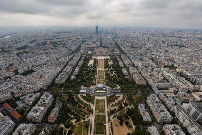 Vue aérienne de Paris sur le parc du Champs de Mars, depuis le haut de la tour Eiffel, le 15 juillet.