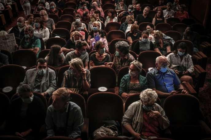 Quelques minutes avant le début d'une pièce, au Théâtre Antoine, à Paris, le 22 juin.