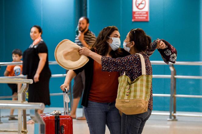 Une passagère venue de France, à l'aéroport de Tunis-Carthage, le 27 juin