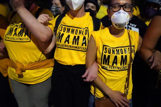 Les mères de familles forment une barrière humaine entre les manifestants antiracistes et les forces de l'ordre, le 20juillet, à Portland.