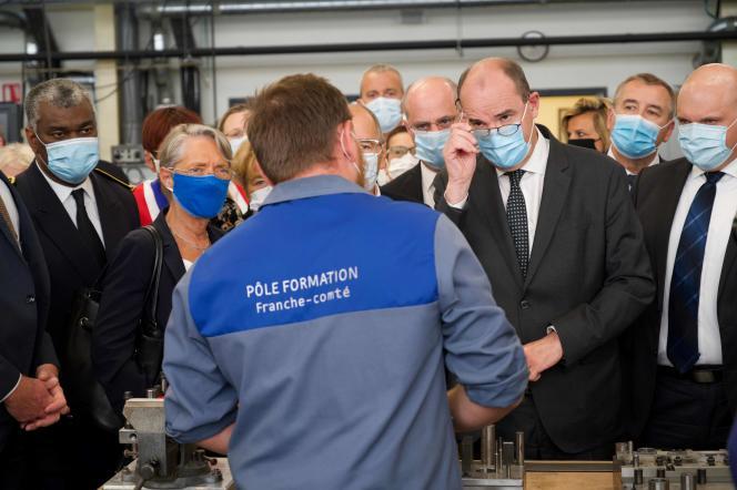 Jean Castex visite les locaux de l'entreprise Cryla, spécialisée en micromécanique, à Besançon (Doubs), le 23 juillet.