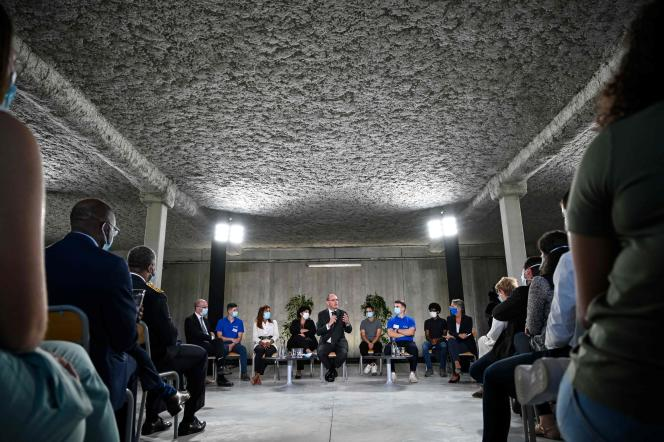 Le premier ministre, Jean Castex, s'adresse aux apprentis lors d'une visite sur le thème de l'emploi des jeunes, le 23juillet. Ici, au sein de l'entreprise Cryla, à Besançon.