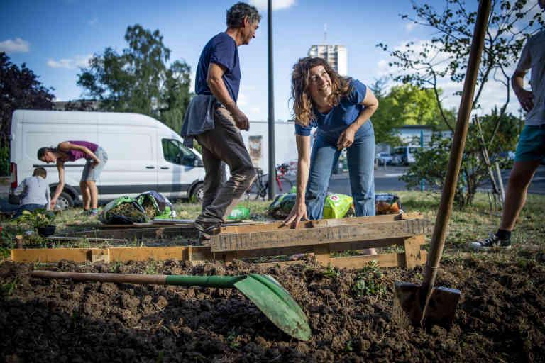 Pour Le Monde, reportage le vendredi 17 juillet 2020, à Tours, avec Les Jardinières Masquées. Ici, quartier du Sanitas, création d'un nouveau lieu de plantation (au centre, t-shirt bleu, Pauline Jallais)