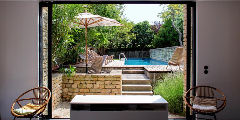 Vue sur la piscine depuis la fenêtre d'une des chambres de la villa. Le Sénéchal à Ars-en-Ré, le 3 juin 2020.
