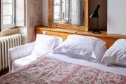 Dans la résidence principale du Sénéchal, des chambres au décor minimaliste.