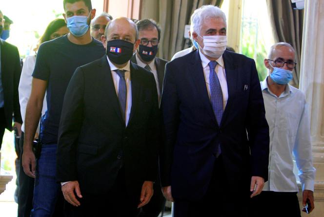 Jean-Yves Le Drian, le ministre français des affaires étrangères (à gauche), avec son homologue libanais, Nassif Hitti, à Beyrouth, le 23 juillet 2020.
