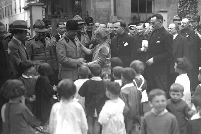 Benito Mussolini rencontre la directrice d'une école Montessori, à Milan, en mai 1930.