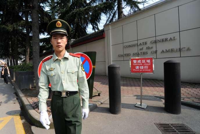 Devant le consulat des Etats-Unis à Chengdu, en Chine, en2012.