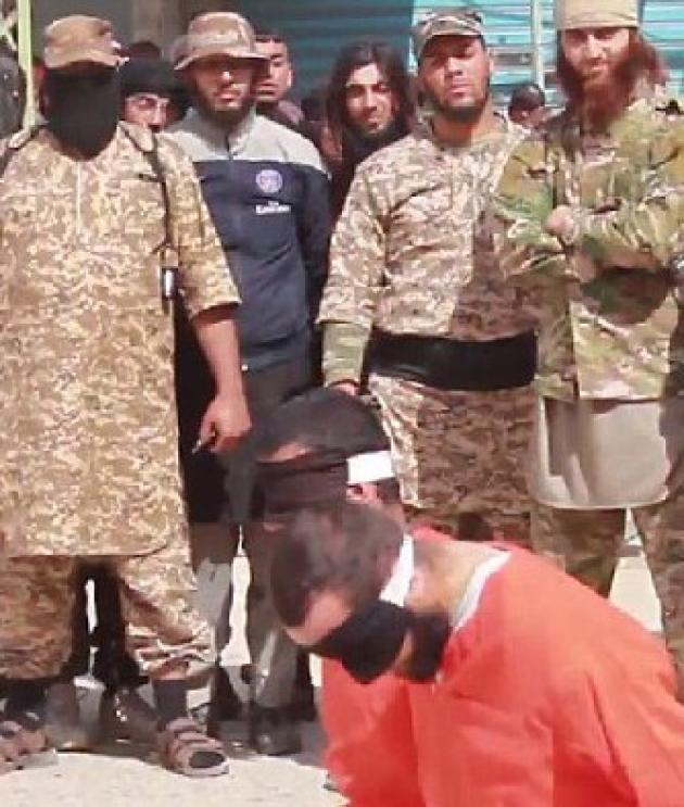 Tyler Vilus (au second plan, avec une ceinture noire) a été condamné pour meurtre, le 3 juillet, pour sa participation à une exécution publique, sur la seule base d'une vidéo de propagande de l'EI, dont est extraite cette image.