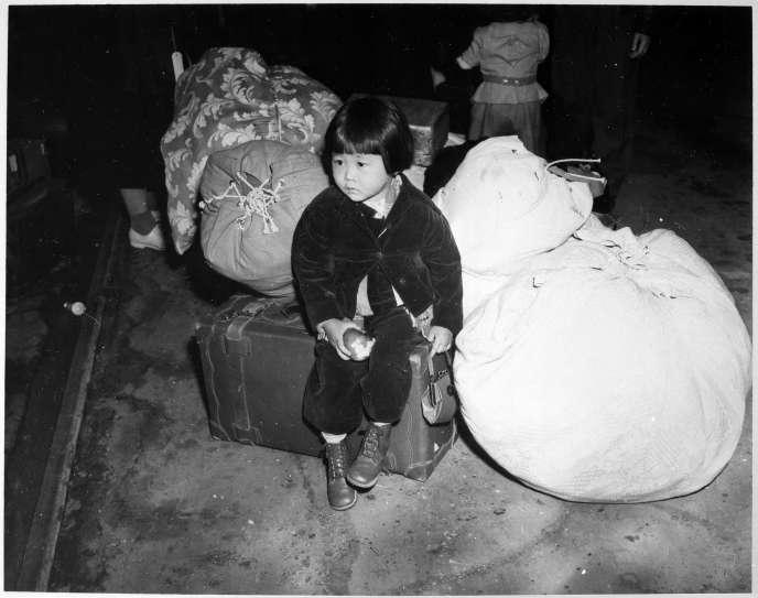 Yuki Okinaga Hayakawa Llewellyn, en chemin, à l'âge de 2 ans,versun camp d'internement des Américains d'origine japonaise, en 1942 à Los Angeles, quelques mois après l'attaque de Pearl Arbor.