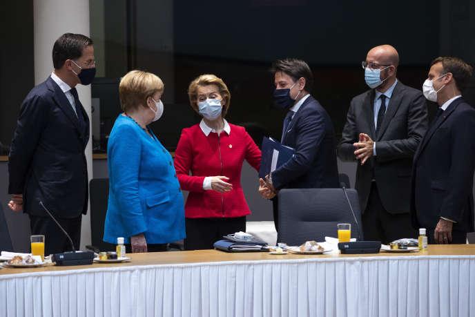 Mark Rutte, Angela Merkel, Ursula von der Leyen, Giuseppe Conte, Charles Michel et Emmanuel Macron, à Bruxelles, le 18 juillet.