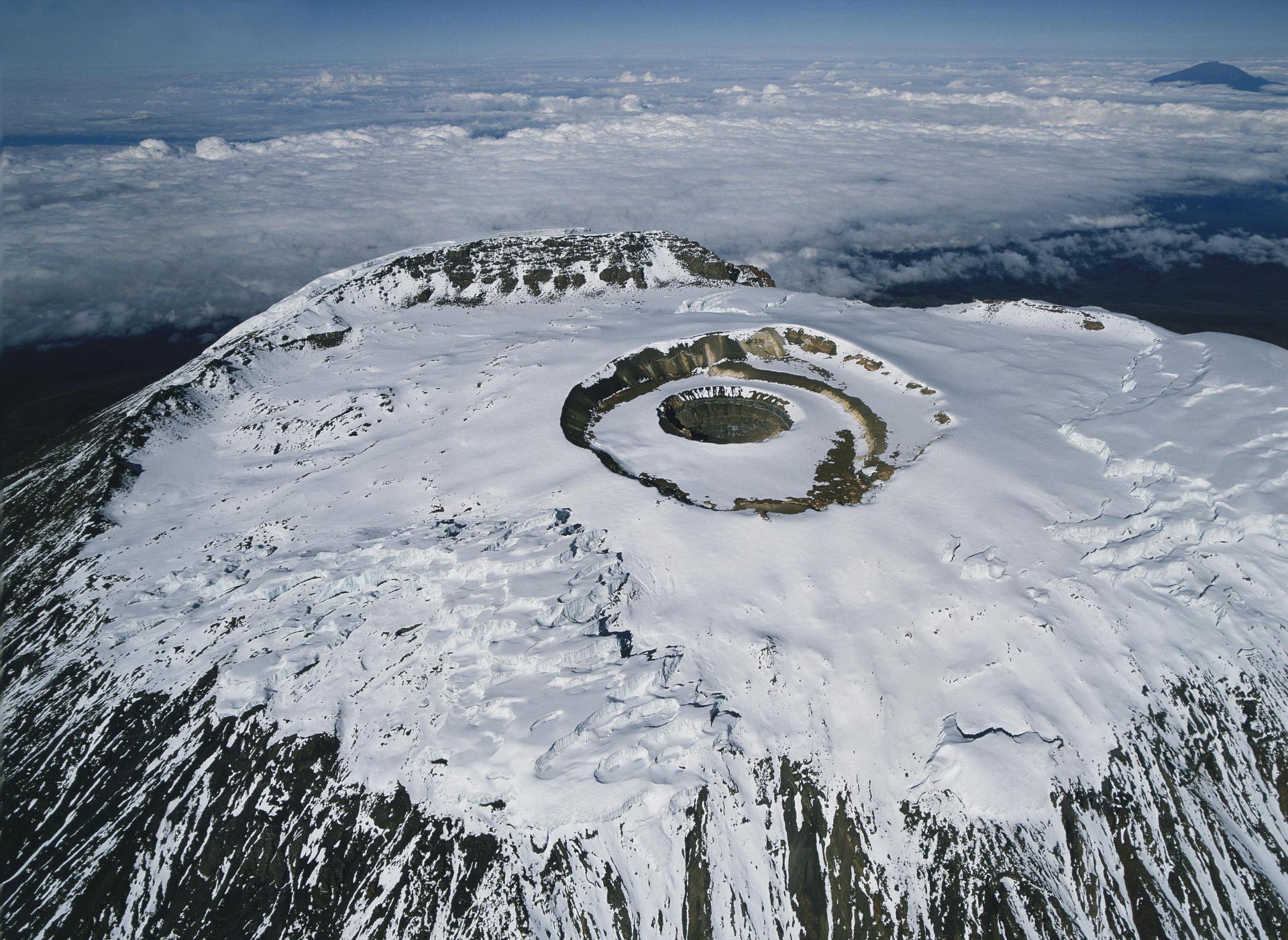 Le Kibo (5891mètres), le plus haut des trois volcans qui forment le Kilimandjaro, en Tanzanie, en 1989.