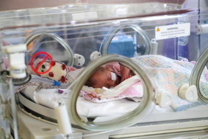 Un nouveau-né à la maternité de l'hôpital Frimley Park à Surrey, Grande-Bretagne, le 22 mai 2020.