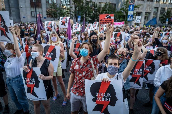 Des milliers de personnes ont manifesté vendredi à Varsovie pour protester contre le projet du gouvernement de se retirer de la convention d'Istanbul.