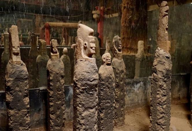 Dans le Musée de Manega, les « ya-kouga », des stèles funéraires à l'effigie des défunts, dont certaines auraient plus de 6 000 ans.