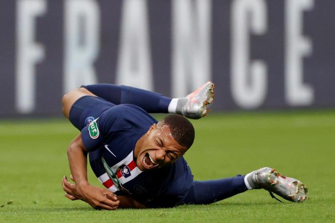 Kylian Mbappé après le tacle de Loïc Perrin, lors de la finale de la Coupe de France PSG-Saint-Etienne,au Stade de France, le 24juillet.