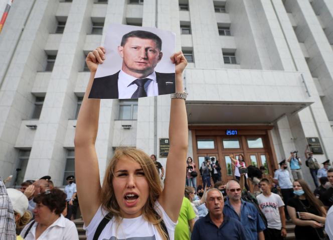 Une manifestante brandit le portrait de Sergueï Fourgal, le gouverneur dont l'arrestation le 9 juillet a déclenché un mouvement de protestation.