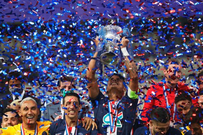 Les joueurs du Paris-Saint-Germain (PSG) célèbrent leur victoire en finale de la Coupe de France contre Saint-Etienne,au Stade de France, à Saint-Denis, le 24juillet.