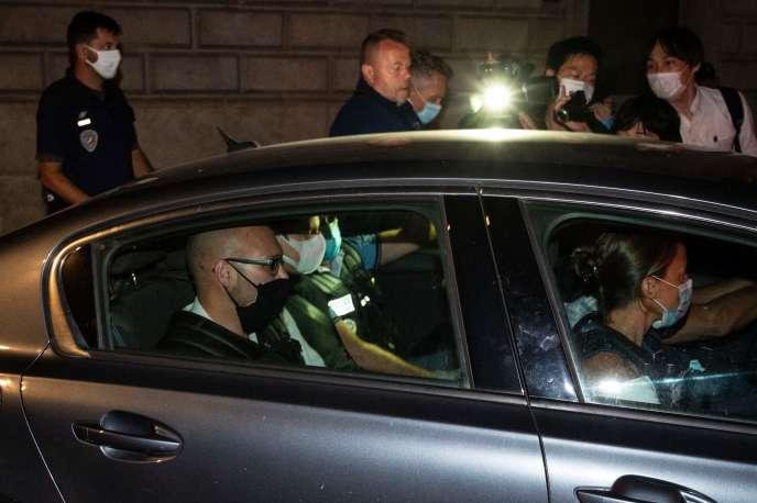 Nicolas Zepeda (au centre, à l'arrière de la voiture), quitte le palais de justice de Besançon, escorté par la police, le 24 juillet.