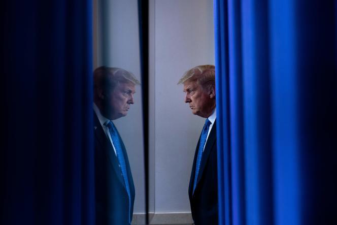Donald Trump juste avant de se rendreà une conférence de presse sur le coronavirus, le 22 juillet, à la Maison Blanche.