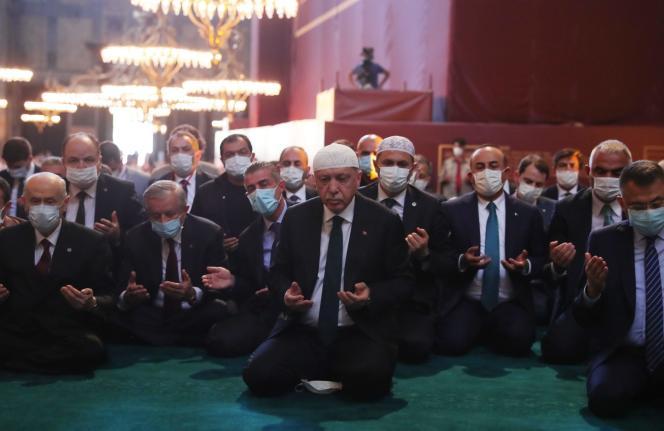 Le président turc Recep Tayyip Erdogan (centre) lors de la prière du vendredi, à la grande mosquée Sainte-Sophie, à Istanbul, le 24 juillet.