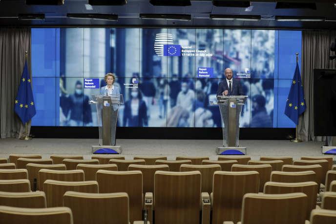 La présidente de la Commission européenne, Ursula von der Leyen, left, et le président du Conseil, Charles Michel, lors d'une conférence de presse en marge du sommet européen, à Bruxelles, le 21 juillet.