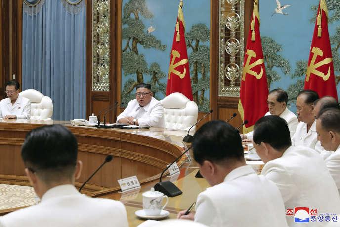 Sur cette photo fournie par le gouvernement nord-coréen, le dirigeant Kim Jong-un (deuxième à gauche), participe à une réunion d'urgence du bureau politique à Pyongyang, en Corée du Nord, samedi 25 juillet.
