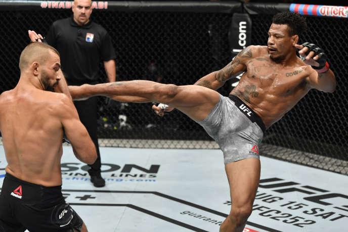 En MMA, sont acceptés : les coups de pied, de poing, de genou et de coude, mais aussi les projections au sol, les techniques de soumission et certaines frappes au sol.